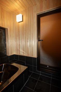 生駒山荘の別荘リノベーション Decor, Wall Lights, Furniture, Wall, Home Decor, Bathroom Mirror, Framed Bathroom Mirror, Bathroom, Bathtub