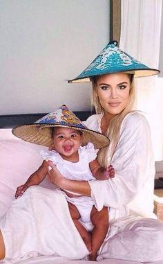Khloe Kardashian and her daughter True evacuate amid wildfires. Khloe Kardashian and her daughter True evacuated their home amid the raging California wildfires. Robert Kardashian, Estilo Khloe Kardashian, Familia Kardashian, Kardashian Family, Kardashian Style, Kardashian Jenner, Kardashian Fashion, Kris Jenner, Jenner Kids