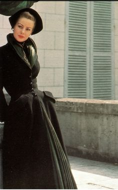 1947 Dior's 'New Look' coat in black wool crépe, photo by Louise Dahl-Wolfe, Paris 40s 50s princess coat print ad designer model