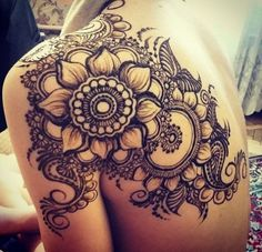 A henna tattoo or also know as temporary tattoos are a hot commodity right now. Somehow, people has considered the fact that henna designs are tattoos. Kunst Tattoos, Neue Tattoos, Body Art Tattoos, Tatoos, Girly Tattoos, Henna Tattoo Muster, Tattoo Henna, Mandala Tattoo Shoulder, Mandala Tattoo Back