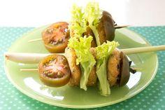Ecco una gustosa e veloce ricetta per preparare ottime polpettine di tonno accompagnate da verdure fresche! Buon appetito