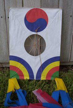 Korean kites   Contemporary korean Kite Diy For Kids, Crafts For Kids, Korean Crafts, Kites Craft, Kite Making, Korean Art, Asian Art, Tissue Paper Crafts, Kids Learning Activities