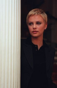 Charlize Theron is a goddess of pixie hairstyles! So we have rounded up best images of Charlize Theron Pixie Haircut for you to get inspired by her fabulous Very Short Hair, Short Hair Cuts, Short Hair Styles, Pixie Styles, Pixie Cuts, Charlize Theron Short Hair, Blonde Pixie, Michelle Williams, My Hairstyle