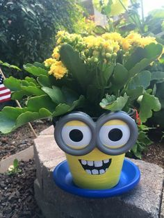 flower pots outdoor Minion Flower Pot People Painted Flower Pot Ideas and DIY Flower Pot Crafts We Love Have you seen these Minion terra cotta pots that people are making? Flower Pot Art, Clay Flower Pots, Terracotta Flower Pots, Flower Pot Crafts, Painted Flower Pots, Painted Pots, Clay Pots, Painted Pebbles, Clay Pot Projects