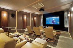 Sala de cinema com poltronas individuais de couro. Muito luxo e sofisticação!  (Fonte: Audio e Video Design)