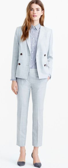 Designer suits for women -JCREW. A super simple suit with a fitted look and a soft color to wear all year round. The double breasted blazer is a classic, while the high quality wool makes it possible to use this suit for four seasons.