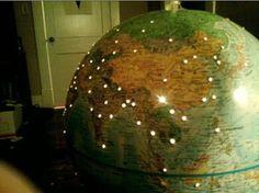 DIY, lampe, globus, Slik ser globusen med huller ut når det ikke er så mørkt i rommet.