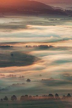 Deze tekening doet me denken aan de schaduwvlakte. Een dikke mist die het land in twee verdeeld. Langs boven kan je niks zien behalve de duisternis. Deze vlakte word bewoond door de duistere wezens die jagen op voorbijgangers. Ook word de vlakte elk jaar groter