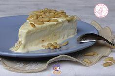 La torta fredda della nonna è un semifreddo alla crema con pinoli davvero goloso e fresco che potete preparare in ogni occasione.