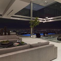 Oriole Way is a luxurious home located on a street of the same name, itself located in Hollywood, California, USA. It was designed by McClean Design with a luminous and spacious interior and has one of the best views overlooking the city of Los...