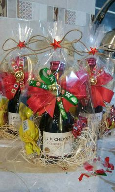 vino decorado Themed Gift Baskets, Wine Gift Baskets, Raffle Baskets, Christmas Baskets, Christmas Gift Baskets, Frugal Christmas, Cute Christmas Gifts, Diy Holiday Gifts, Christmas Crafts
