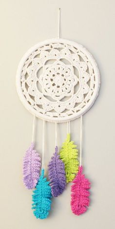 Crochet Dream Catcher & Suncatcher Free Patterns Crochet Dream Catcher Patterns Tutorials and Inspiration. Crochet Home, Crochet Motif, Crochet Crafts, Crochet Yarn, Crochet Flowers, Crochet Projects, Dream Catcher Craft, Feather Dream Catcher, Crochet Dreamcatcher Pattern Free
