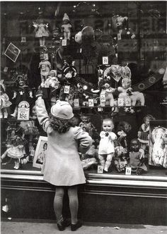 vintage doll shop - wish I was there right now!/I would be so excited just to see inside this old doll shop! Vintage Pictures, Old Pictures, Vintage Images, Old Photos, Vintage Christmas Photos, Vintage Holiday, Doll Shop, Old Toys, Vintage Photographs