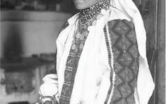 PRIVIND ISTORIA ÎN OCHI. 100 DE PORTRETE DE ȚĂRANI TRANSILVĂNENI   Muzeul Etnografic al Transilvaniei Pearl Necklace, Costumes, Popular, Photos, Photography, Inspiration, Fashion, String Of Pearls, Biblical Inspiration