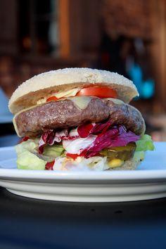 Im Rahmen des Grillabends auf 1.600m Höhe machte der Cheeseburger vom Wagyu-Rind den Anfang und sorgte bei den Mitfahrern für entzücktes Schmatzen: Der Wagyu Steakhouse Burger ist wahrlich eine Angelegenheit