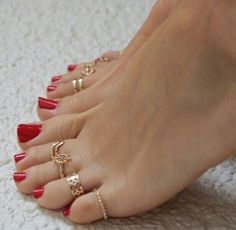 only feet toes sexy women with rings somente pés femininos de mulheress sexy com aneis Pretty Toe Nails, Cute Toe Nails, Pretty Toes, Sexy Zehen, Pies Sexy, Toe Ring Designs, Vintage Gold Engagement Rings, Feet Nails, Toenails