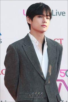 BTS on the red carpet at the The Fact Music Awards Foto Bts, Bts Photo, Bts Jimin, Bts Taehyung, V Wings, Hair Threading, Selca, All Bts Members, Kpop