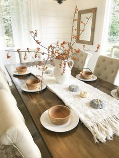 Newest Free of Charge Rustic Farmhouse table Concepts Reminding us of the smell of fresh pine trees and toasting marshmallows on an open fire, farmhouse s Rustic Farm Table, Rustic Farmhouse Table, Farm Table Decor, Farmhouse Table Settings, Modern Farmhouse, Fresh Farmhouse, Farm Tables, Kitchen Rustic, Wood Tables