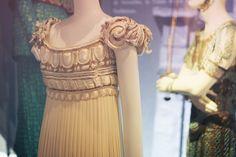 Robe Palladio, Collection Christian Dior Haute-Couture P/E 1992 : robe du soir en crêpe Gerogette de soie blanche, plissée, style colonne gr...