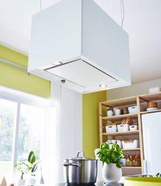 IKEA | Hotte rectangulaire blanche suspendue au-dessus de la table de cuisson et d'une casserole