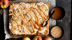 Helpot omena-kinuskipalat - Yhteishyvä Sweet Bakery, Apple Cake, I Love Food, Sweet Tooth, French Toast, Food And Drink, Meat, Baking, Breakfast