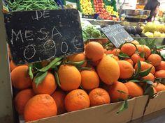 En una mesa en el mercado hay mucha fruta fresco de otros partes en España. Son rica porque no hay el consérvate y muy barro también. Me gusta las naranjas.