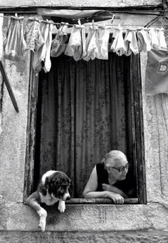 such a fun photo with this dog peeking too out the window; black and white; preto e branco; Black White Photos, Black And White Photography, Tanz Poster, Great Photos, Old Photos, Old Images, Vintage Photography, Art Photography, Street Photography People