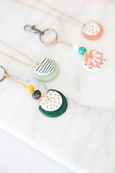 DIY Essential Oil Diffuser Necklace and Key Chain DIY etherische olie diffuser ketting en sleutelhanger Polymer Clay Crafts, Diy Clay, Diy Essential Oil Diffuser, Diffuser Diy, Essential Oils, Diy Keychain, Diy And Crafts Sewing, Polymer Clay Necklace, Ceramic Necklace