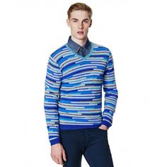 Sweater with V-neck in soft wool blend, a piece to keep you warm on the chilliest of days. The piece features