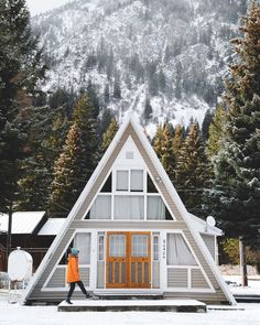 the A-frame is one of the most beloved vacation homes of the past, a triangle-design built for lounging on outdoor decks and staring at nature. A Frame Cabin, A Frame House, Cabin In The Woods, Log Cabin Homes, Cabins And Cottages, Cozy Cottage, My Dream Home, Future House, Architecture Design