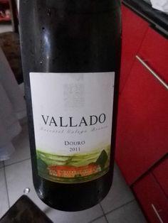 """Bueno hablemos un poco de este vino, VALLADO MOSCATEL GALEGO BRANCO 2011, un 100% Moscatel Galego Branco. La  Bodega """"Quinta do Vallado"""" , construido en 1716, es uno de las más antiguos y famosos del  Valle del Douro en Portugal, nos brinda este vino que proviene de dos viñedos: 50% de los viñedos viejos de Moscatel, con más de 30 años y el 50% de  viñedos de mediado de los años 90."""