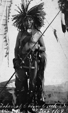 Native American Indian - Old Photos Member of the Miwa'tani Warrior Society at Cherry Creek, South Dakota - Mniconjou - 1909 Native American Pictures, Native American Beauty, Native American Tribes, Native American History, American Indians, Native Indian, Native Art, First Nations, Old Photos