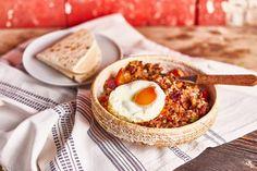Ez a sült babos rizs pl. egy jó kis kiadós reggelinek is tökéletes, de vacsira is teljesen megállja a helyét. Minden fontos tápanyagot tartalmaz, amire szüksége van a szervezetnek, úgyhogy beleillik a vegán életmód kivételével minden diétába is. :D Hummus, Camembert Cheese, Veggies, Food And Drink, Ethnic Recipes, Foods, Cilantro, Food Food, Vegetable Recipes