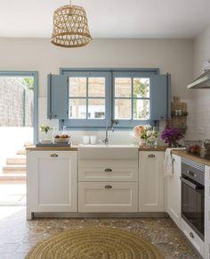 Plavi prozori i vrata su pravo osvjezenje ove bijele,rustikalne kuhinje. Home Decor Kitchen, Home Decor Bedroom, Kitchen Interior, Home Interior Design, Home Kitchens, Unique Home Decor, Cheap Home Decor, Home Decor Items, Sweet Home