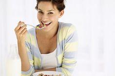 ¿Cuántos gramos de grasa deberías comer por día?. La grasa a menudo tiene una mala reputación, pero no es del todo mala. Algunos tipos de grasa protegen tu corazón nivelando tus niveles de colesterol. Tu cuerpo incluso utiliza la grasa para regular tu temperatura corporal central, para producir ...
