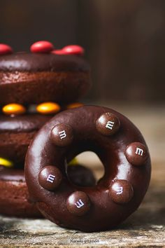 Kanela y Limón: Donuts de chocolate al horno ( ¡Con mm´s! )