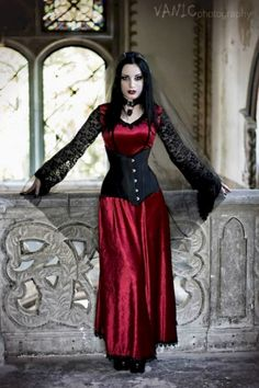 Top Gothic Fashion Tips To Keep You In Style. As trends change, and you age, be willing to alter your style so that you can always look your best. Consistently using good gothic fashion sense can help Gothic Girls, Hot Goth Girls, Gothic Outfits, Gothic Dress, Gothic Lolita, Victorian Gothic, Goth Beauty, Dark Beauty, Dark Fashion