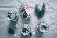 Tipmi na DIY vianočné darčeky je na internete neúrekom, no aj tak by som vám chcela ukázať tie, ktoré podarujem mojim blízkym.     Viano...