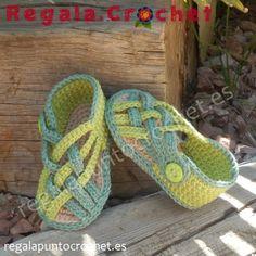 Sandalias de tiras finas cruzadas en verdes. #Sandalias #botines de tiras finas cruzadas tejidas a #crochet con hilo 100% algodón. Para #bebés de 0 a 3 meses, 3 a 6 meses. Personalizables. Hecho a mano. #RegalaPuntoCrochet #handmade