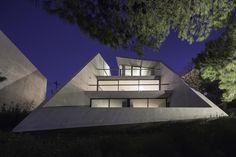 Vista nocturna, Vivienda en Kallitechnoupolis por Tense Architecture Network. Fotografía © Filippo Poli. Cortesía de Tilemachos Andrianopoulos. Señala encima de la imagen para verla más grande.