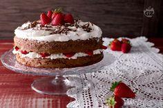 La torta cioccolato e fragole è un dessert estivo per occasioni speciali, perfetto per festeggiare compleanni, occorrenze o come elegante fine pasto.