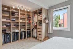 GARDEROBE: Det ene soverommet har en praktisk garderobeløsning. Bildet er hentet fra prospektet.