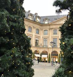 Esprit Joaillerie ne saurait terminer cette année 2017 sans un clin d'oeil à la Place Vendôme. Déjà toute petite, j'étais fascinée par les vitrines de la Place, ses décorations, ses sup…