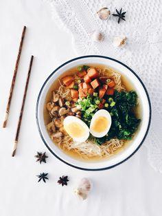 Bon là je voudrais juste vous écrire une chose importante et primordiale ici avant tout : mon doux que cette soupe est bonne j'en reviens pas je capote ma vie omg. J'ai pleuré en y goût…