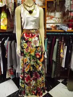 Coleção Moda Exclusiva Cancun 2012 2013  tem elastico no cós portanto veste do M ao GG  é um lindo modelo, longuíssima, têm tecido suficiente pra mulheres de 1:85m usarem como saia longa!  linda demais. R$189,00