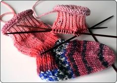 Recipe for baby socks. scroll down for the English version. I like the ribbing around the ankle. probably would help them stay on (if anything can!) No yarn weight, needle size, or gauge that I can find on the page. Baby Cardigan Knitting Pattern Free, Baby Hats Knitting, Baby Knitting Patterns, Knitting Socks, Baby Patterns, Knitted Hats, Knit Socks, Patterned Socks, Baby Socks