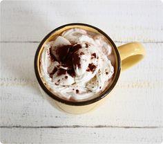 heiße Schokolade mit veganer Sahne und Marshmallows