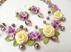 He encontrado este interesante anuncio de Etsy en https://www.etsy.com/es/listing/191774592/bib-necklace-pastel-jewelry-flower