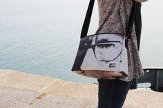 Gerecycled materiaal resulteert in een fraaie tas. Messenger Bag, Gym Bag, Satchel, Lifestyle, Bags, Totes, Manualidades, Handbags, Crossbody Bag