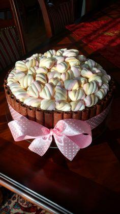 Tort czekoladowo-wiśniowy z bitą śmietaną i piankami- autor Słodka sosnowa